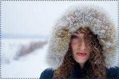 W zimie szczególnie trzeba chronić skórę twarzy. Stosujmy więc kremy o bogatszej konsystencji, które pomogą utrzymać prawidłowe nawilżenie.