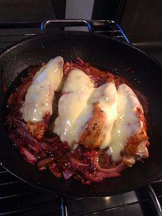 Überbackene Hähnchenbrustfilets im Zwiebelbett, ein tolles Rezept aus der Kategorie Überbacken.