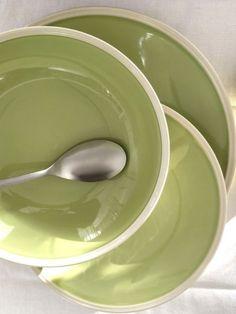 ROYAL est une ligne pour la table en grès véritable. Fabriqué au Portugal, ce service de table se compose d'assiettes plates, creuses et desserts ainsi que de plats de service et de tasses à café. La couleur verte rehaussée d'un filet ivoire est idéal pour servir et présenter vos créations culinaires.   #vert #ceramique Service Assiette, Wild Nature, Ivoire, Ainsi, Portugal, Plates, Tableware, Green Dinner Plates, Elegant Table