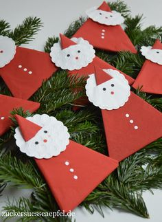 Instructions for cute napkin Santa Clauses as table decorations - Weihnachten - fun craft Christmas Napkins, Christmas Tablescapes, Christmas Mantels, Christmas Crafts, Xmas, Christmas Ornaments, New Years Decorations, Christmas Decorations, Table Decorations