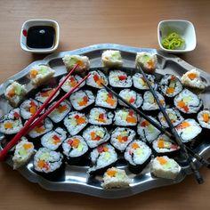 Mein erstes Sushi ist fertig!!! Als Füllung, Gurke, Karotte und Paprika. Das ganze in Meeralgen & Sesam gerollt und gleich mit Wasabi, Soja- Sweet Chili Soße sowie Reisessig und eingelegtem Ingwer serviert... #sushi #japan #japanisch #asia #wasabi #Soja #vegan #govegan #hashtag #Ingwer #gember #ginger