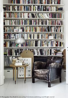 Little reading nook in this gorgeous Swedish flat. Read on www.karinecandicekong.com