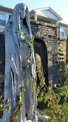 Halloween Forum member TheGraveYardCaretaker's mourner statue .