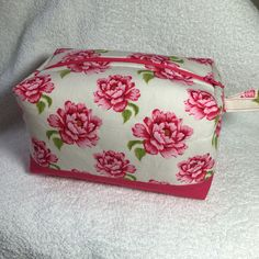 Floral handmade make up bag. Made by Daisychain Quilter. www.daisychainquilter.blogspot.com  www.etsy.com/uk/shop/DaisychainQuilter