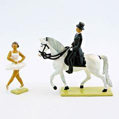 Inspiré du spectacle créé aux Grandes Écuries de Chantilly, cet ensemble présente une ballerine et un écuyer sur son cheval avançant du même pas. (ref. CBG 8022-120). Spectacle, Ballet Flat, Soldiers, Horse