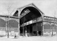 Les Halles à travers le temps Entrée d'un des pavillons des Halles Baltard, vers 1900. (Collection privée)