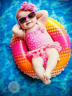 having the whole world in the palm of your hand Monthly Baby Photos, Newborn Baby Photos, Baby Poses, Newborn Pictures, Baby Girl Newborn, Summer Baby Pictures, 6 Month Baby Picture Ideas, Baby Girl Pictures, Baby Kalender