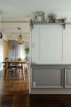 壁面をウォールデコレーション。ベニヤを貼って色を塗り、モールディングで飾り付け。スピンドル型のパーツも取りつけて完成。