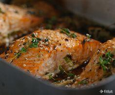 Salmon  O peixe é a melhor fonte de ácidos graxos ômega-3, que foi mostrado para reduzir o risco de batimentos cardíacos irregulares, os níveis de triglicéridos no sangue, diminuir o acúmulo de placas que entopem as artérias e pressão arterial mais baixa. Os especialistas recomendam comer duas porções de peixe rico em ômega-3 por semana, como salmão, atum, cavala e sardinha. ponta Prep: salmão Rub com azeite, alho e as raspas de limão antes de grelhar.