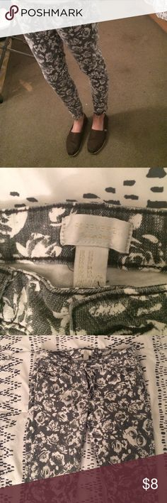 Forever21 Floral Jeans Dark gray & white floral-patterned skinny jeans from Forever21. They are 98% cotton/2% spandex and the material is on the heavy side. In good condition! Forever 21 Jeans Skinny