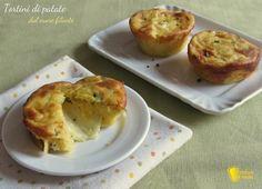 Come preparare i tortini di patate con cuore filante di formaggio, cotti negli stampini da muffin. Un antipasto vegetariano semplice e scenografico