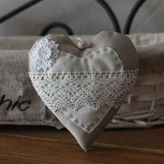 Coeur en tissu style shabby a suspendre                                                                                                                                                                                 Plus