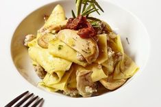 """Oppskrift på pasta med pølse og østerssopp fra Jon Bergs kokebok """"Italia. En matsafari."""" - DN.no Meat, Chicken, Food, Essen, Meals, Yemek, Eten, Cubs"""