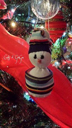 Sock snowman with foam filling. Pupazzo di neve fatto con calzini e ripienoo di imbottitura per cuscino.
