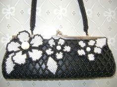 Bolsa em pérolas brancas e pretas.