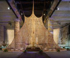 Ernesto Neto, Um Sagrado Lugar, 2017. Vista de la instalación en la 57° Bienal de Venecia, 2017. Cortesía La Biennale di Venezia. Foto Andrea Avezzù.