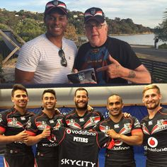 Sir Peter Leitch welcomed UK TV personality Andi Peters to the Vodafone Warriors family with a personalised jersey & membership pack #AndiPeters #UKTV #BluePeter #EddtheDuck #WarriorsForever
