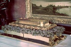 Solid gold model of the Haus der Deutschen Kunst (a celebrated German museum), a gift from Luftwaffe commander — and future suicide at the Nuremberg war crimes trials — Hermann Goering to Adolf Hitler on Hitler's birthday, April 1939 (Time-Life picture). 50th Birthday Gifts, Birthday Bash, Modern World History, Berlin, German People, Gold Models, The Third Reich, Life Pictures, Special Forces