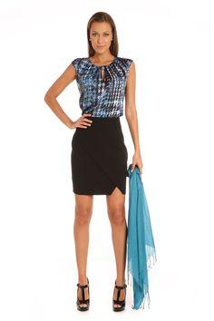 Blusa estampada con escote redondo y detalle de nudo. Espalda con detalle de abertura y botón: $899. Falda negra con pretina y sobreposición de capa asimétrica en parte delantera. Broche oculto: $799.