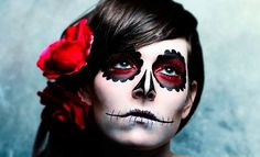 For special celebrations such as Halloween, it also needs special make-up. The disguise for this occasion already makes its own claims to the Halloween make-up as about other carnivals. For Halloween, Sugar Skull Halloween, Sugar Skull Make Up, Disfarces Halloween, Halloween Costumes, Halloween Face Makeup, Sugar Skulls, Pretty Halloween, Halloween Painting, Halloween Pictures