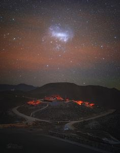 La Gran Nube de Magallanes, una galaxia satélite de la nuestra, sobre el desierto de Atacama. Espectacular imagen...