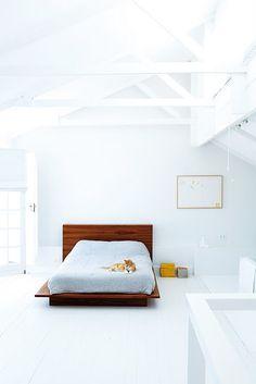 Chambre immaculée et minimaliste - seulement un lit en bois roux... #white #minimalist #bedroom