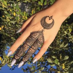 Gorgeous henna design by I absolutely live the crescent moon pattern and the overall shape of this design! Tribal Henna Designs, Latest Henna Designs, Mehndi Designs Book, Modern Mehndi Designs, Mehndi Designs For Beginners, Mehndi Design Photos, Henna Designs Easy, Beautiful Henna Designs, Henna Tattoo Designs