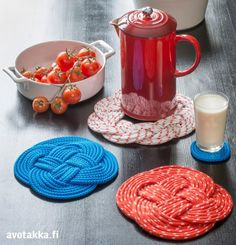 DIY rope coasters and hot pads. Diy Projects To Try, Crafts To Make, Fun Crafts, Crafts For Kids, Rope Crafts, Hot Pads, Crafty Craft, Sewing Crafts, Homemade