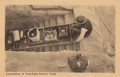 Postal de la época con Carter sacando objetos de la tumba de Tutankamón