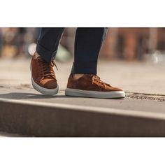Efter succén med vår vita sneaker som vi lanserade förra året har vi fått in mängder med förfrågningar kring sneakers i mocka också och vi är därför väldigt glada att introducera 2 modeller i mocka också. Denna nya modell är tillverkad i en varmt mellanbrun mocka som passar utmärkt för att dressa ned en kostym men även till en mer casual outfit i sommarvärmen. Vår första sneaker är skapad med ambitionen att ta fram en stilren sneaker i läder av hög kvalitet i en attraktiv prisnivå. Skon har…