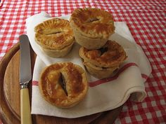 steak and kidney mini pies// Offal Recipes How To Make Steak, Food To Make, Chicken Liver Recipes, Chicken Marinades, Steak And Kidney Pie, Good Food, Yummy Food, South African Recipes, Best Steak