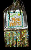 New Years Piñata Craft - a lot of great ideas for my children to do and maybe make more family traditions! New Years Eve Day, New Years Party, I Love New Year, Happy New Year, New Year's Crafts, Dyi Crafts, New Year's Eve Celebrations, New Year Celebration, Holiday Festival