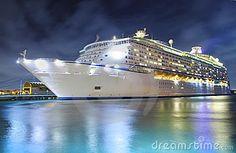 Navio de cruzeiros na noite