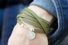 Leather Wrap Bracelet Silver Stamped Charm por roundhousejewelry