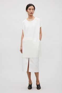 A relaxed shape and style, this jersey top has dropped shoulder seams and clean split sides. Wide-cut for a loose, oversized fit and a tunic length, it has a round neckline, kimono sleeves and simple side slits.