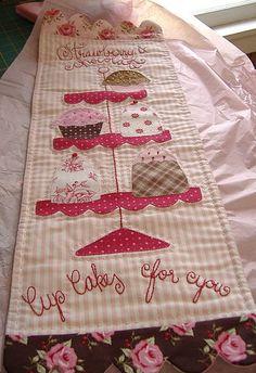 Hermoso camino de mesa de Cupcake