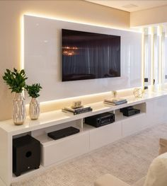 interessante pannello in sporgenza retroilluminato living room tv units Lorena Lima Tv Cabinet Design, Tv Wall Design, Modern Tv Wall Units, Modern Tv Room, Modern Living, Modern Tv Cabinet, Tv Unit Decor, Tv Wall Decor, Wall Tv