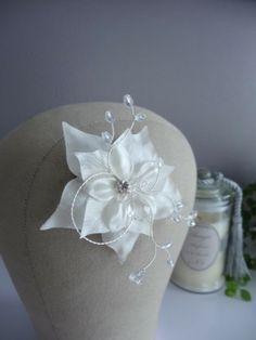 Une jolie fleur de satin ivoire très travaillée de branches de perles. Hair comb flower, bridal hair comb, flower hair pin