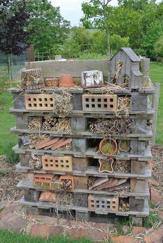 Ecological wall – Garden of Mary - Diy Garden Deco Garden Bugs, Garden Insects, Garden Art, Garden Design, Diy Garden, Bug Hotel, Insect Hotel, Outdoor Projects, Garden Projects
