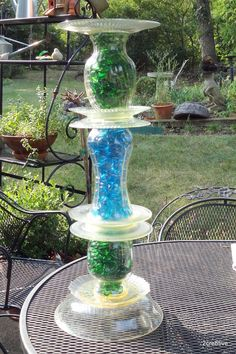 Repurpose old vases, Dollar Store glass plates Dollar Store glass marbles/stones to make bird baths/feeders Garden Totems, Glass Garden Art, Glass Art, Glass Bird Bath, Glass Birds, Glass Flowers, Recycled Art, Recycled Glass, Upcycled Crafts