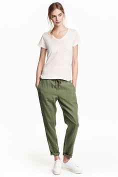 Pantalon verde, camiseta y bambas