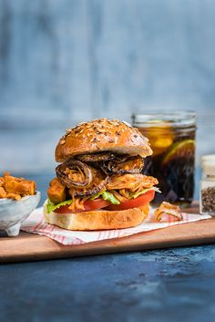 Pulled jackfruit burger with quick onion rings - delicious, quick & vegan!