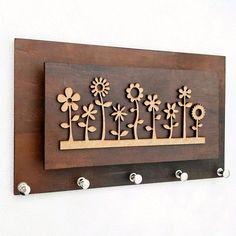 """""""Eu vejo flores em você""""! Com o porta chaves e cartas Garden, você organiza até 5 chaveiros, suas correspondências e ainda deixa sua casa com uma decoração simples e adorável! Possui recortes na parte de trás para ser pendurado por pregos com cabeça ou parafusos ou ainda, pode ser fixado com fita... Diy Keyring, Wooden Keychain, Laser Cutter Ideas, Laser Cutter Projects, Diy Wood Projects, Wood Crafts, Diy And Crafts, Wooden Wall Art, Wood Art"""