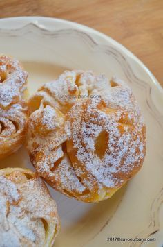 branzoaice pufoase reteta Best Bread Recipe, Easy Bread Recipes, Cookie Recipes, Dessert Recipes, Romanian Desserts, Romanian Food, Pastry And Bakery, Pastry Cake, Sweet Dough