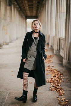 Wochenrückblick #47   Fashion Blog from Germany. Grey british print blazer-dress+black lace-up midi boots+black wool long coat+black shoulder bag+black choker. Fall Outfit 2016