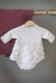 12 oppskrifter til baby i nye KlompeLOMPE-far Crochet Mittens Free Pattern, Baby Sweater Knitting Pattern, Baby Knitting Patterns, Baby Patterns, Knitted Baby Outfits, Baby Barn, Romper Pattern, Baby Cardigan, Knitting For Kids