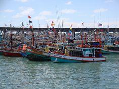 Fishing Boats Near Ko Samet, Thailand. islandinfokohsamui.com