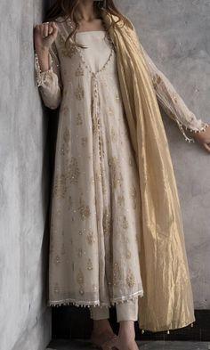 Ravishing off-white cotton net Pakistani stitched dress by Nida Azwer traditional wear 2018 - Online Shopping in Pakistan Indian Attire, Indian Ethnic Wear, Pakistani Outfits, Indian Outfits, Emo Outfits, Indian Designer Outfits, Designer Dresses, Trajes Pakistani, Casual Dresses