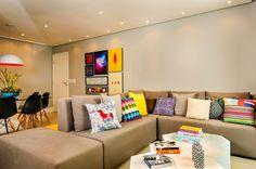 Almofadas coloridas podem dar vida a um ambiente neutro.