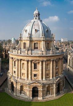 De mooiste barokke bouwwerken - Radcliffe Camera in Oxford, Groot-Brittannië© Diliff, Wikicommons Toen John Radcliffe, de lijfarts van William III en zijn vrouw koningin Mary, in 1714 overleed, bleek dat hij in zijn testament had laten opnemen dat hij een bibliotheek wilde laten bouwen. Op de plaats die hij gekozen had stonden allemaal huizen en het duurde jaren voordat de erfgenamen van Radcliffe de grond in bezit hadden en er begonnen kon worden met de bouw. Architect James Gibbs tekende…